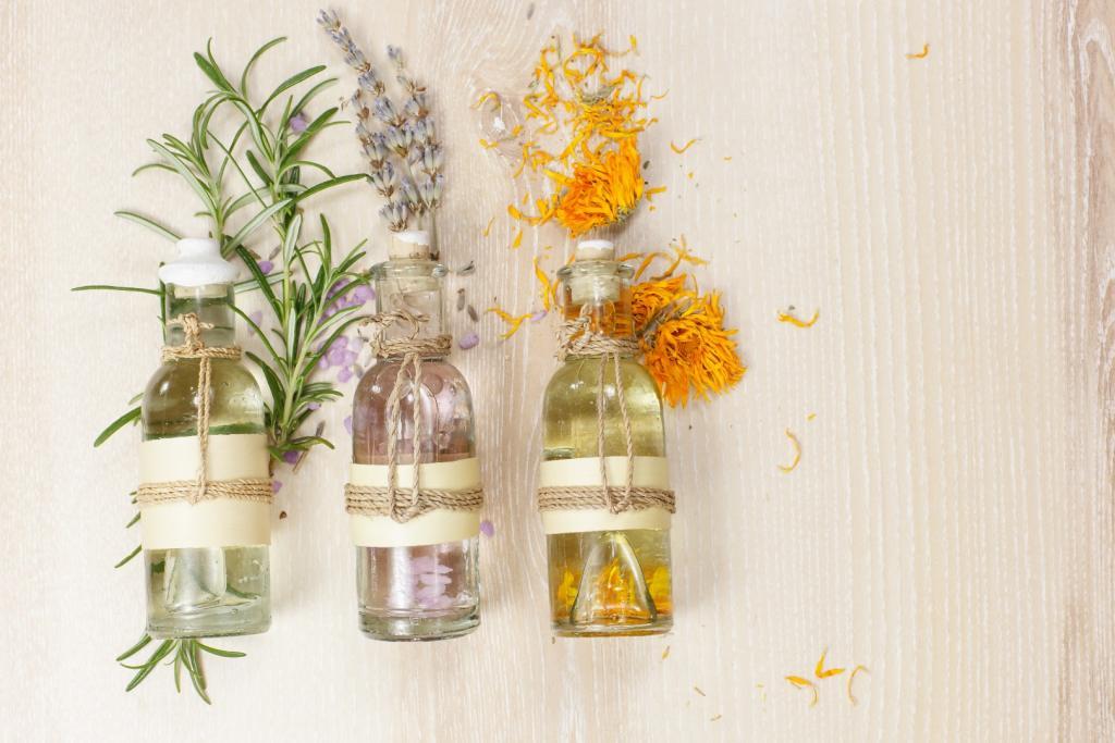 Trzy szklane buteleczki z eterycznymi olejkami naturalnymi - rozmarynowym, lawendowym i nagietkowym. Olejki mają zastosowanie w oczyszczaniu twarzy metodą OCM.