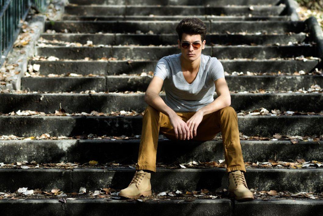 Męska twarz. Facet na schodach.