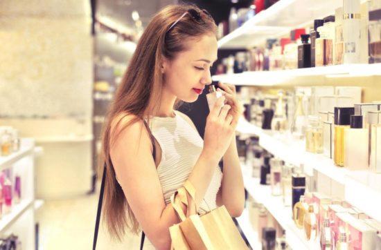 Sprawdzanie świeżości i daty ważności perfum przez dziewczynę w sklepie